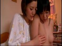 母娘 笛を突っ込んでオナニーする娘にアソコに指を入れて正しいオナニーの...