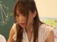 M男生徒を手コキ騎乗位抜きする痴女教師の動画
