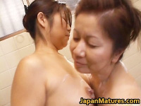 お風呂でムチムチ豊満なぽっちゃり熟女と美人妻が禁断レズプレイ