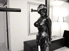 〝外国人調教〟ラバースーツ巨乳美女を電マ固定拘束して、電動ディルドで...