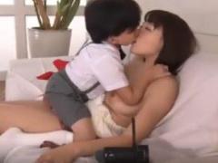 超ちびっこ少年が爆乳美女を欲情させて4Pセックス!