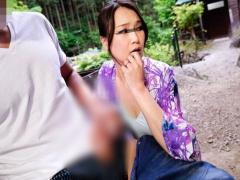 人妻ナンパ 欲求不満そうな熟女人妻グループに青年デカマラを見せつけ寝取...