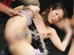 美熟女の澤村レイコが巨大ピストンで尻穴に浣腸されると、尻に含んだまま...