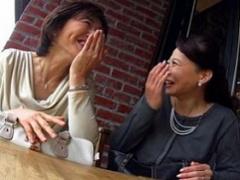どちらも五十路の美熟女二人をヤリ部屋に招いて乱交騒ぎ!