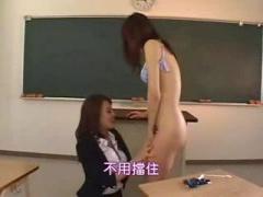 女教師 教室でオトコの娘の生徒を全裸にしアナルに指を突っ込み上に跨り腰...