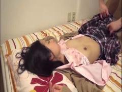 薬ですっかり眠っちゃった美少女にち○こ挿入ハメ撮りwww