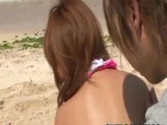 ビーチで大量潮吹きする美女