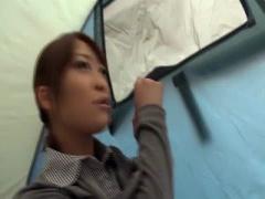 街のど真ん中に張ったテントで完璧スタイル美女がおちんちんご奉仕しちゃう