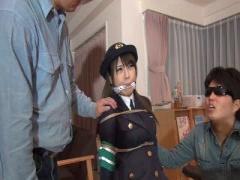 制服姿の婦警さんを拉致して縛り上げ人質に