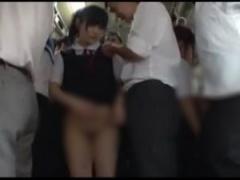 JK痴漢 満員のバス内でポニーテール制服jkが痴漢にチンポを押し付けられる...