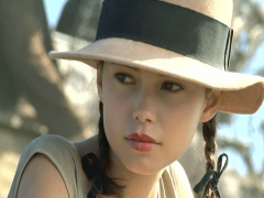 富豪の中国人にハメられる美乳な白人美少女