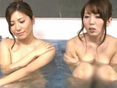 酔った勢いで一緒にお風呂に入る! 互いの裸体を見た姉妹はHな気分に! 義理...
