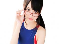 貧乳スレンダーの激カワ美少女が メガネ、スク水、パンスト 着衣のコスプ...