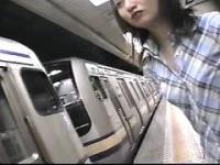露出電車 お客さんもビックリのバイブオナニー露出