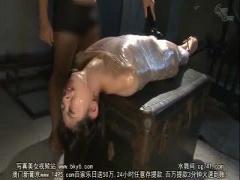 ちっぱい貧乳の可愛い美少女がラップを巻かれて電マ攻め