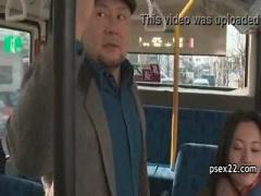 ヘンリー塚本 真冬のバスの車内で横に立った筋肉質な男性の肉棒を取り出し...