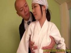 JKフェラ抜き 剣道部女子校生が特訓中になぜか先生のチンポを舐めさせられ...