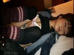 泥酔美女 酔いつぶれて熟睡してる超絶美少女が寝ているまま中出しされるま...