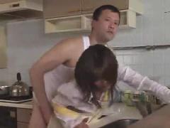 カウンターキッチン越しに旦那と話しながら子宮突かれる熟女…旦那バレ寸前...