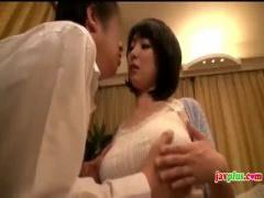 三十路人妻の誘惑とかw美爆乳をノーブラ乳首ポッチで乳首の位置を指差し確...