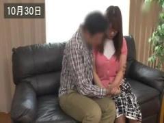 メガネをかけた普通の人妻熟女がソファーの上で寝取られています