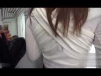 電車内で痴漢にハメられてしまっている女が、中出し?