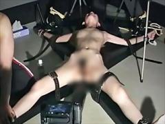 〝くすぐり拷問〟ガリガリお姉さんがはりつけ固定されて撮影されながらコ...