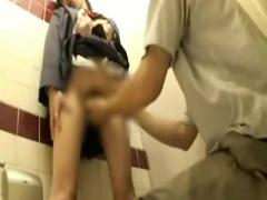 真面目そうな 女子校生 が個室トイレでパンツ脱がされてマンコ弄られ、立...