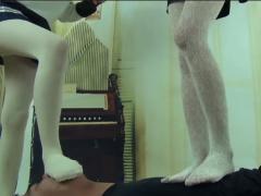 白タイツの美脚美少女2人がM男の上で無邪気に踊って楽しそうに踏みつけ蹴...