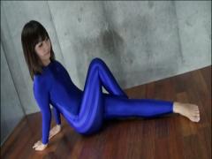 青の全身タイツの軟体お姉さんが美尻、美脚を強調するポージングで誘惑!