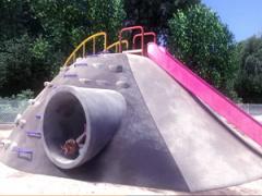 真昼間の公園遊具の土管穴で○学生な妹とアブナイ危険えっち イキまくり妹に中出しキメ!