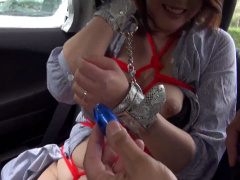 車の後部座席でぽっちゃりボディの人妻を亀甲縛りにして手錠で両手を拘束...