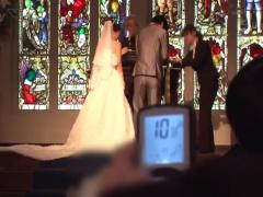 結婚式でウェディングドレスを着た花嫁にリモコンバイブを装着して親族や...
