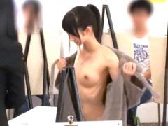 絵画教室のヌードモデルに来た激カワお姉さんが生徒たちに囲まれながらハ...