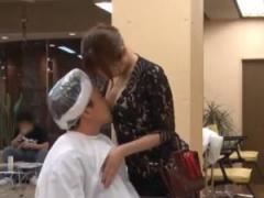痴女美容師がパーマ中のお客様におっぱい密着して誘惑する!