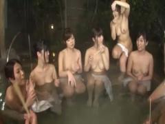 露天風呂で王様ゲーム! ハーレム状態の中エッチな司令で弄ばれる