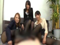 ミニスカ黒パンストの美人OL三人組が上司を小馬鹿にしながら足コキ抜き!