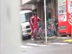 通学用の自転車のサドルに媚薬を塗られて大量お漏らし、我慢できずに公衆...