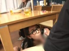 痴女 黒縁メガネの真面目そうな義姉が家族がいるのにテーブルの下で弟のチ...