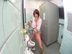 おしっこ 放尿 セクハラマッサージ中にトイレに行って男子トイレの便器に...