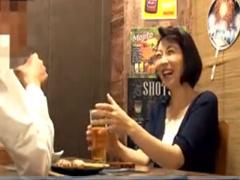 居酒屋で1人で呑んでる熟女をナンパ即ハメ中出し!