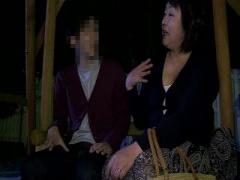むっちり豊満爆乳おばさんが深夜の公園のベンチで若者ち○ぽをフェラチオ