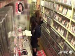 書店で立ち読みしていたJK達を二人まとめて痴漢レイプ動画