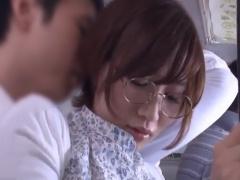 通勤バスの中で痴漢に遭い興奮を覚えてしまった地味な眼鏡っ娘 中村梨乃