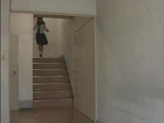 ヘンリー塚本 放課後の学校の女子トイレ、担任教師と教え子のセーラ服を着...