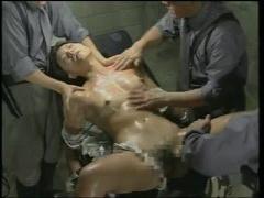 ヘンリー塚本 実験台にさせられる女囚人、電気を走らせ、おマンコにチンコ...