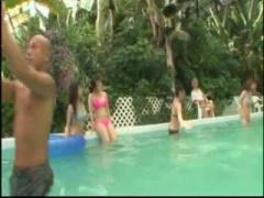 リゾートプールの水中でビキニの巨乳娘に痴漢が忍び寄り媚薬バイブを挿入...