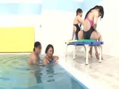 競泳水着の痴女とプールで水中ハメ!