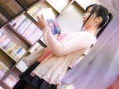本屋で立ち読みしてる女性に媚薬をたっぷり塗ったバイブを突っ込みそのま...
