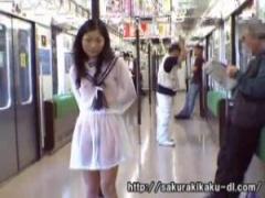 JK野外露出 透け透けのセーラー服を着たJKを徘徊させて電車に乗り込んだり...